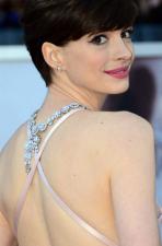 Anne Hathaway, indicada a melhor atriz coadjuvante no Oscar, chega à cerimônia