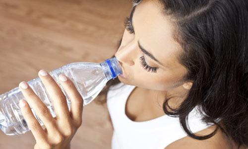 desidratacao-mulher-tomando-agua