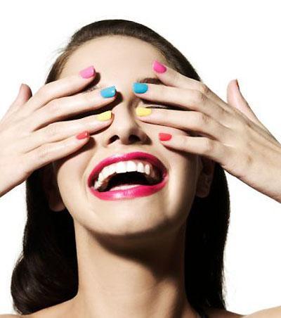 Esmaltes-Coloridos-Deixam-As-Mãos-Divertidas
