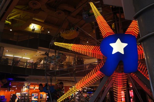 A famosa roda gigante dentro da loja